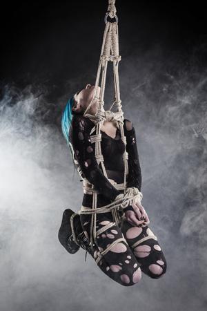 La suspension : pratique BDSM et fétichiste spectaculaire